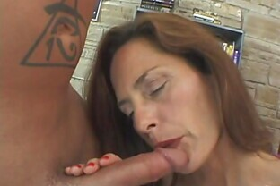 Mature bitch gets her asshole fucked