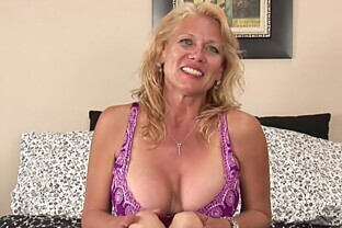 Busty Daytona Daniels masturbates on her bed